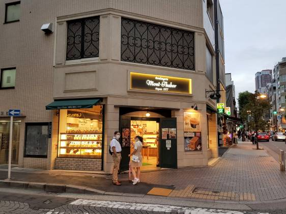 Mont Thabor bakery on a corner on the main shopping street of Azabu Juban