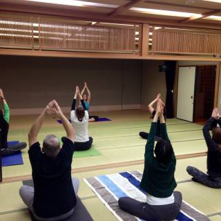 """Yoga Time with """"Butthole Sensei"""": Cheap Tokyo Yoga Classes at Community Gyms"""