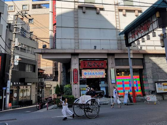 Entrance to Hanayashiki