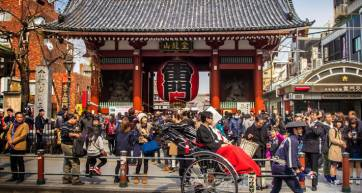 Kaminari gate at Sensoji Temple with rickshaw and driver