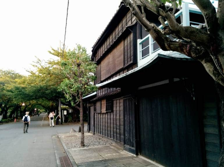 old-wooden-house-yanaka-cemetary