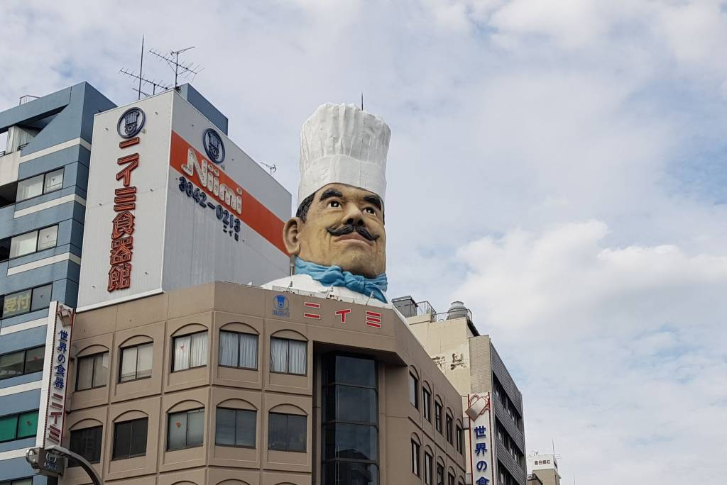 The giant chef's head of kappabashi