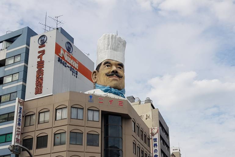 The giant chef's head of kappabashi