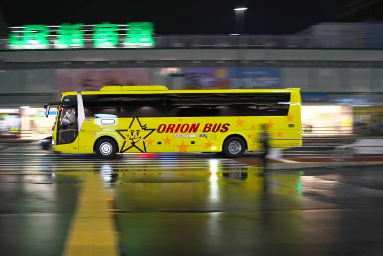 An expressway bus departing from Shinjuku Expressway bus terminal in the rain