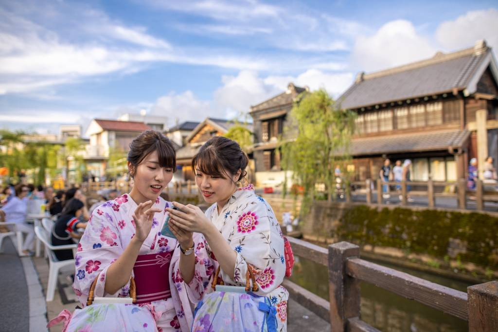 Girls holding a phone in Kyoto