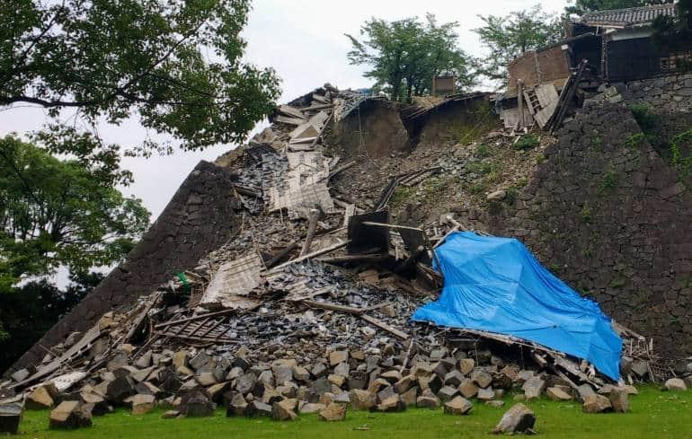 collapsed shrine earthquake kumamoto