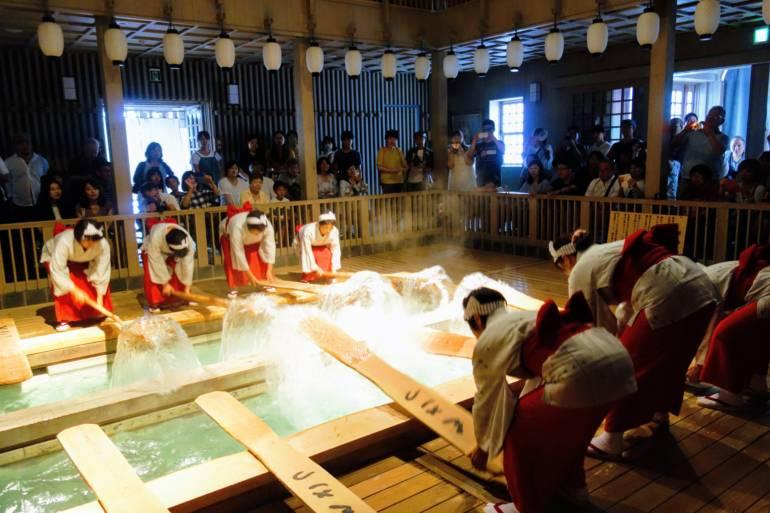 Kusatsu Yumomi Performance
