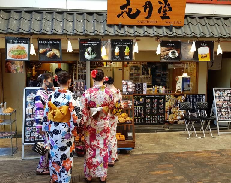 Women in kimono buying melon pan